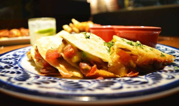Las quesadillas de pollo, con queso cheddar y Jack, una de las especialidades de la casa.