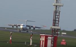 Fuertes vientos provocan aterrizaje fallido de un avión [VIDEO]