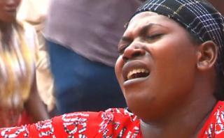 Uganda: El rito católico donde los fieles se golpean y cantan