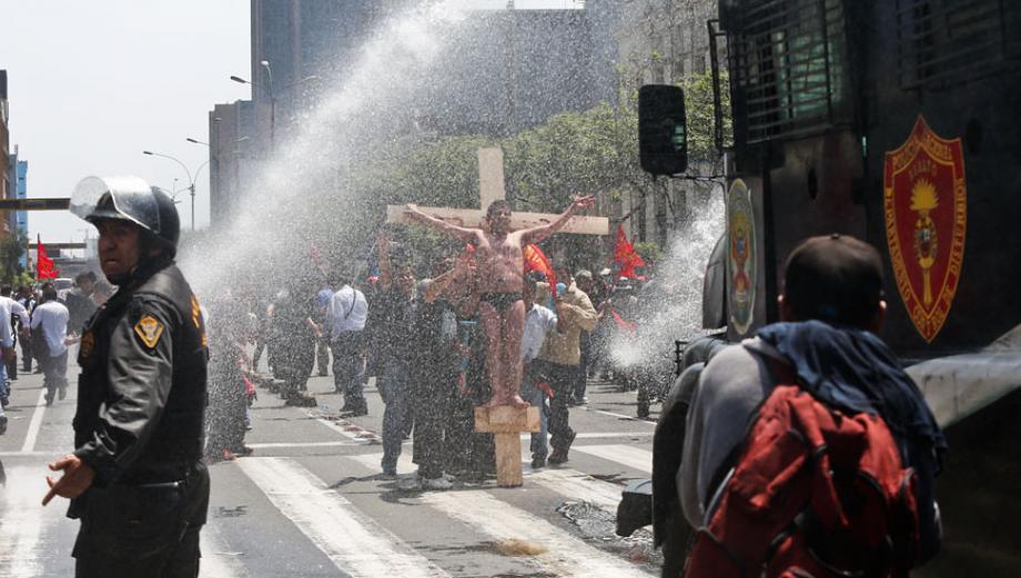Marcha del Poder Judicial terminó en pelea con policías [FOTOS]