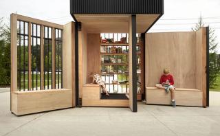 Una parada de autobús que sirve de biblioteca para los peatones