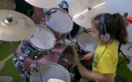 """Niña sorprende con la batería al interpretar """"Toxicity"""" [VIDEO]"""