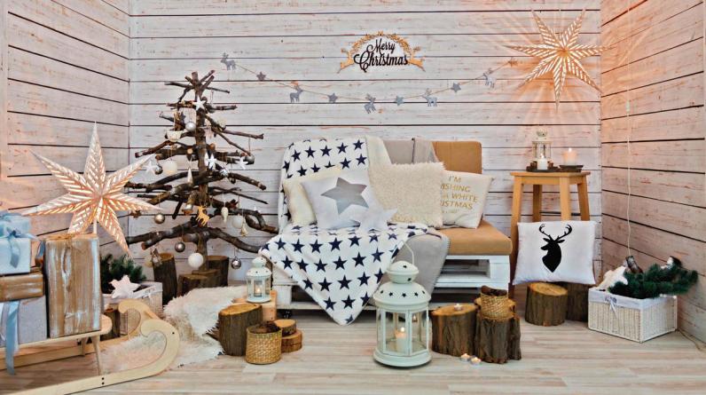 Llena de Navidad un espacio rústico colocando troncos como pequeñas mesas de apoyo, para velas y faroles. (Foto: Shutterstock)