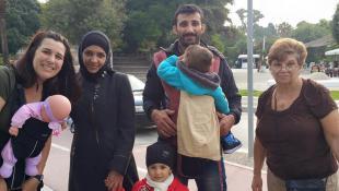 """Cristal, la """"dama de los portabebés"""" que ayuda a los refugiados"""