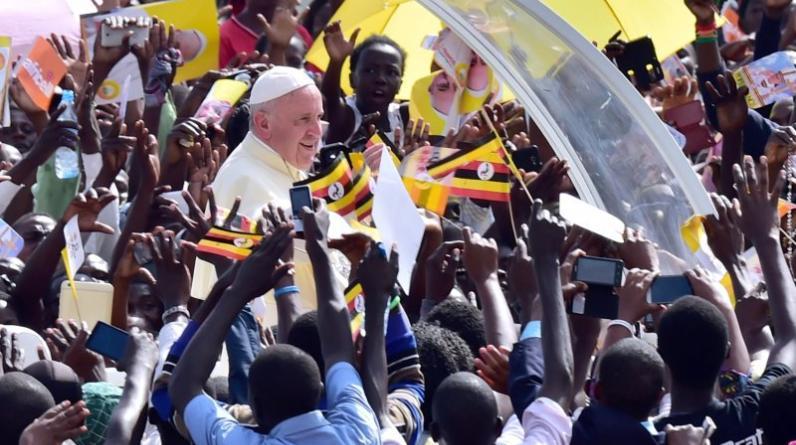 Francisco rezó en santuarios de Uganda dedicados a los 45 mártires — 23 anglicanos y 22 católicos — que fueron asesinados entre 1885 y 1887 por orden de un rey local deseoso de frenar la influencia del cristianismo en sus dominios del centro del país. (AFP)