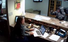 Recepcionista no se asustó y frustró robo a un hotel [VIDEO]
