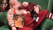 """Papá Noel se queda """"dormido"""" en sesión de fotos con un bebe"""