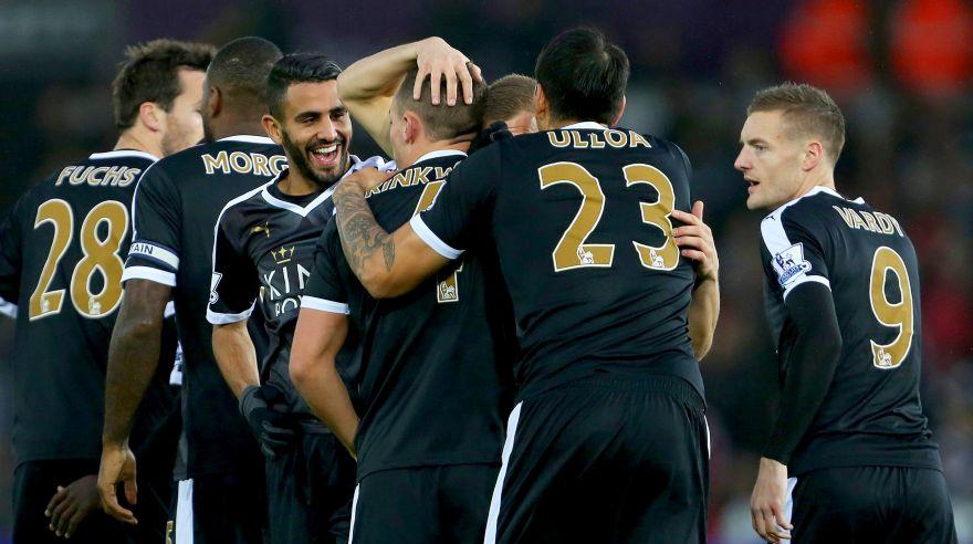 Leicester City derrotó ayer por 3-0 al Swansea y recuperó el primer lugar de la Premier League. 8Foto: AFP)