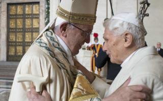 El papa Francisco y Benedicto XVI juntos en inicio del Jubileo