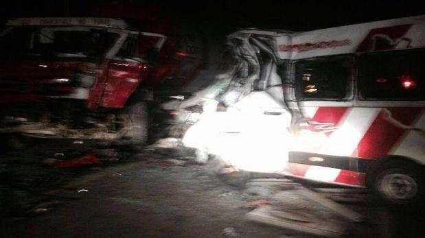 Camaná: choque entre minivan y camión deja 6 muertos