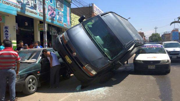 Tacna: furgoneta fúnebre se volcó en céntrica avenida