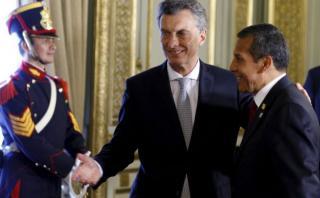 Ollanta Humala saluda a Mauricio Macri tras toma de mando