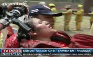 Mujer bombero terminó con quemaduras en demostración [VIDEO]