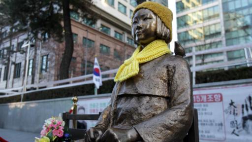 Como parte del acuerdo, Corea del Sur considerará retirar esta estatua en honor a las esclavas sexuales que está ubicada frente a la embajada de Japón en Seúl.