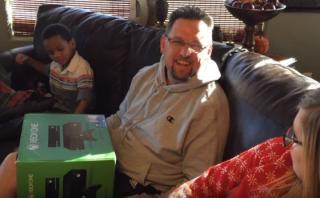 """No perdonó broma de """"regalo"""" de Navidad y así se vengó [VIDEO]"""