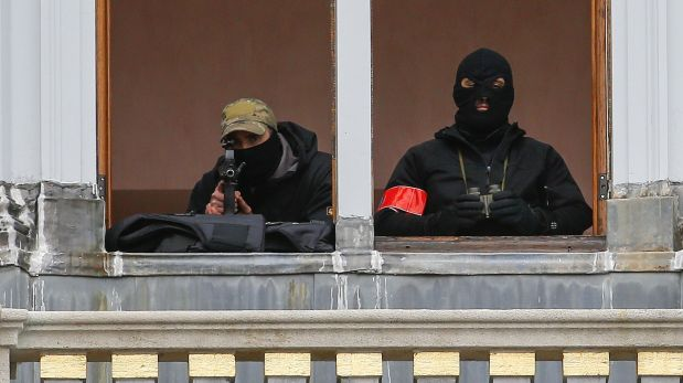 A sniper and an observer of Belgian police special forces are seen on a balcony of a building on Brussels Grand Place after security was tightened in Belgium following the fatal attacks in Paris on Friday, in Brussels, Belgium, November 20, 2015. REUTERS/Yves Herman      TPX IMAGES OF THE DAY