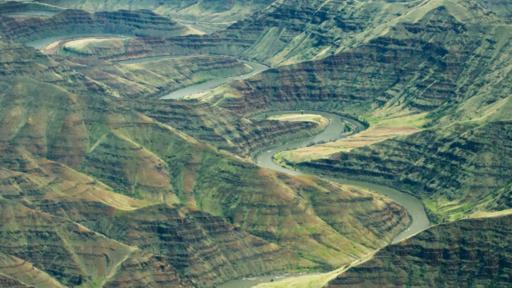 Constantes erupciones producen capas de basalto, como estas que rodean el río Grande Ronde, en EE.UU.