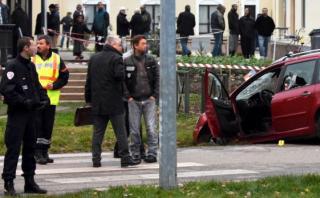 Francia: Hombre embiste en auto a soldado que cuidaba mezquita