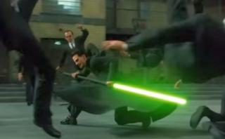 'Neo' usa sable de luz para enfrentar al agente 'Smith' [VIDEO]