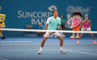Federer jugó partido de exhibición con raqueta gigante [VIDEO]