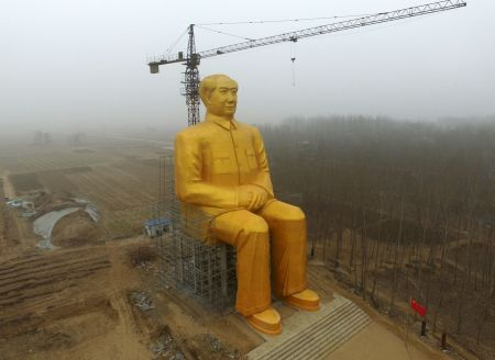 TOPSHOT - This photo taken on January 4, 2016 shows a huge statue of Chairman Mao Zedong under construction in Tongxu county in Kaifeng, central China's Henan province. The statue reportedly measures 120 feet (36.6meters) in height and is located in Zhushigang village.   CHINA OUT   AFP PHOTO / AFP / STR