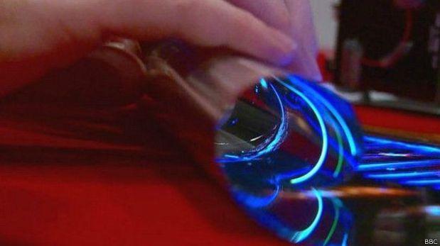 La pantalla de LG no requiere de un panel de luz posterior y por ello es flexible. (Foto: BBC)