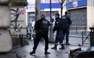 París: Atacante de comisaría tenía bandera del Estado Islámico