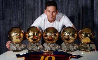 Lionel Messi posó junto a sus cinco Balones de Oro
