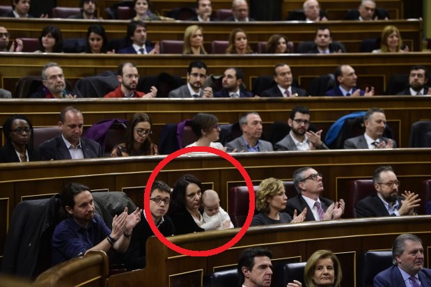 Left wing party Podemos' leader Pablo Iglesias (L) applauds past Podemos' member Inigo Errejon (2ndL) and Podemos' deputy Carolina Bescansa (3rdL) during the constitution of the Congress, at the Palacio de las Cortes in Madrid on January 13, 2016. Spain's parliament holds its first session today, with lawmakers from four conflicting main parties taking their seats at a time of political turmoil intensified by a resurgent secessionist threat in the Catalonia region. AFP PHOTO/ PIERRE-PHILIPPE MARCOU
