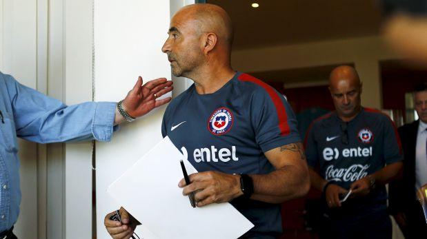 Jorge Sampaoli llegó a la conferencia con algunas hojas en las que tenía escrita su alocución. (Foto: Reuters)