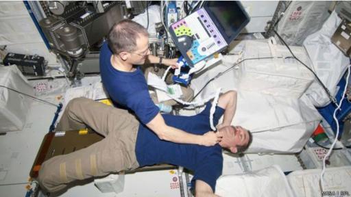 Los astronautas saben utilizar equipos médicos como ultrasonidos. (Foto: NASA/SPL)