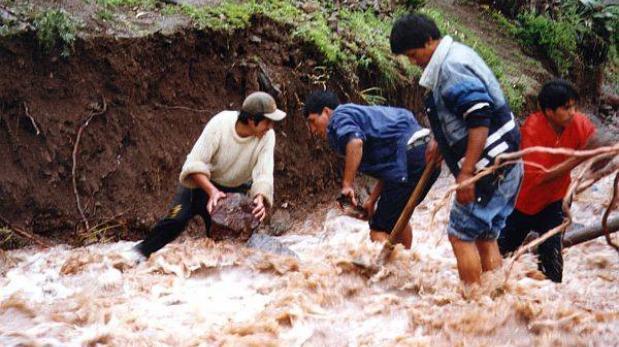 Desborde de canal de riego inunda 10 viviendas en Huancayo