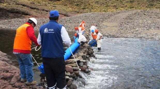Alertan que asfalto derramado en río Colca sigue desplazándose