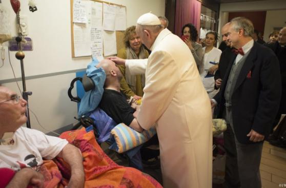La sorpresiva visita del papa Francisco a unos adultos mayores