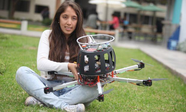 Mónica Abarca y la primera versión del drone que se ensabló en el Laboratorio de Investigación Interdisciplinaria de la PUCP. (El Comercio)
