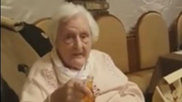 Anciana brindó en nombre de Hitler en reunión social [VIDEO]
