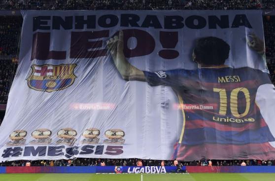 Lionel Messi presentó su quinto Balón de Oro en el Camp Nou