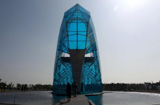 Mira esta impresionante iglesia de cristal con forma de zapato