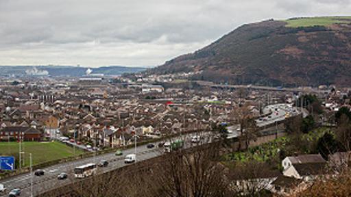 Gales se encuentra al oeste de la isla de Gran Bretaña y limita al oeste con Inglaterra.