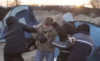 Refugiados roban a periodistas que los grababan [VIDEO]