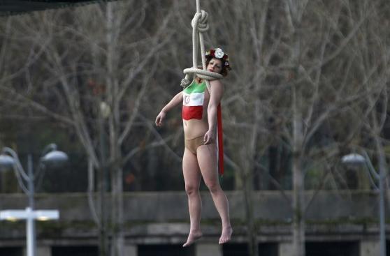 París: Femen protesta contra Rohani con ahorcamiento simbólico