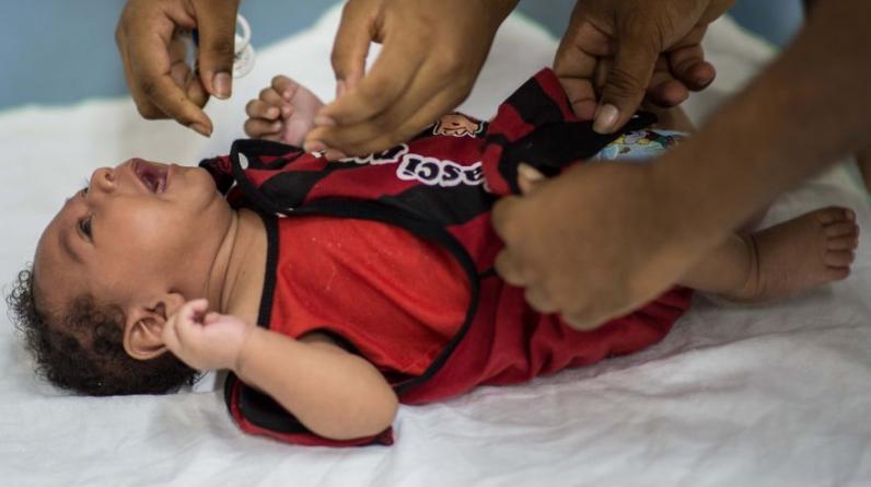 Los padres de Icaro Luis, de 2 meses, llevan a su hijo con microcefalia a uno de los chequeos médicos que han comenzado en Brasil tras la alerta del virus zika. (Foto: AFP)