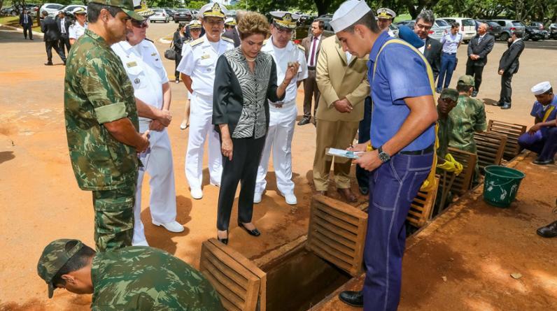 La presidenta de Brasil, Dilma Rousseff, visita zonas de fumigación  durante el día  movilización del Gobierno para combatir a zika. (Foto: EFE)