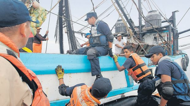 Marinos intervienen una bolichera por realizar pesca de arrastre en zonas prohibidas. (Alessandro Currarino / El Comercio)