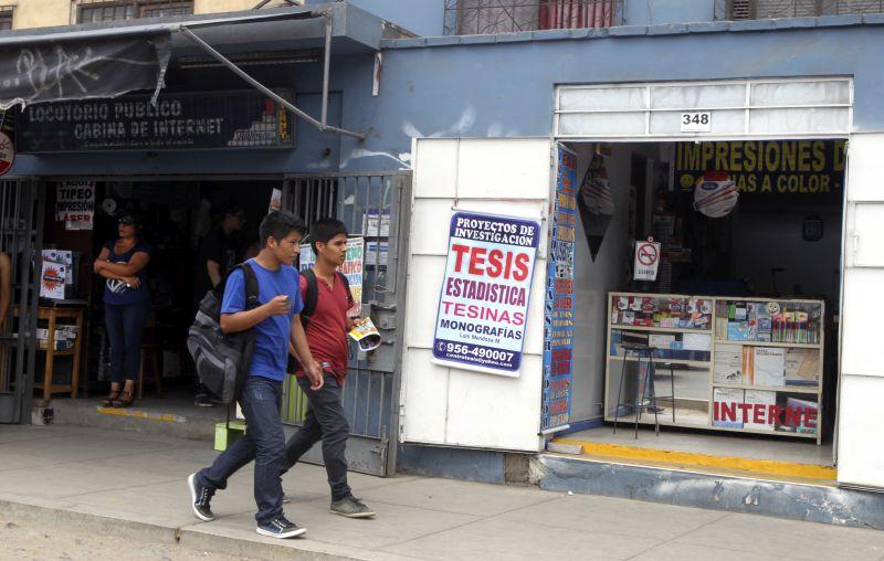 Vendedores ofrecen tesis desde 600 soles en la avenida Universitaria, frente a la puerta 3 de la Universidad Nacional Mayor de San Marcos. (Consuelo Vargas / El Comercio)