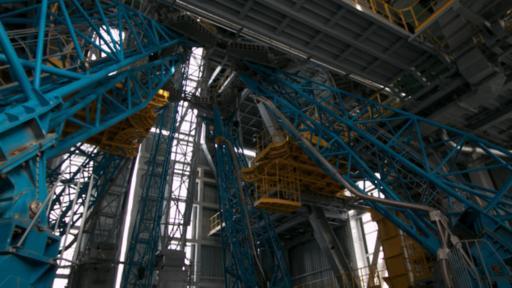 La diferencia más visible en Vostochny es la torre de servicio móvil en la plataforma de lanzamiento. (BBC)