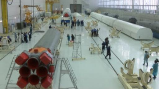 El primer lanzamiento se ha retrasado hasta abril, pero las partes del cohete han llegado a Vostochny para el montaje. (BBC)