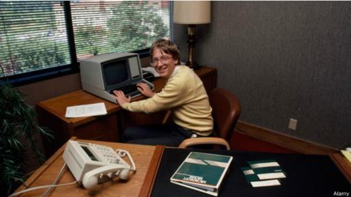 Gates dejó Harvard a los 19 años para fundar Microsoft junto a Allen.