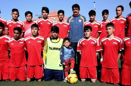 Niño que conmueve al mundo fue acogido por Federación Afgana
