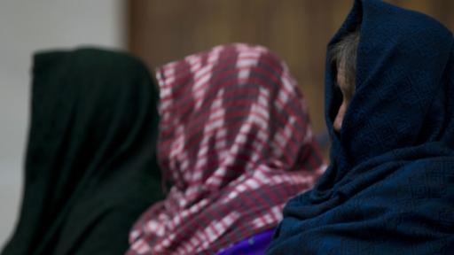 Las supuestas víctimas llevaban el rostro cubierto. (Foto: AP)